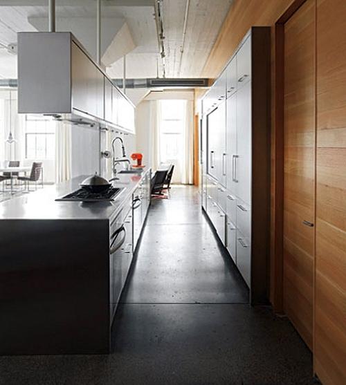 подвесные шкафы на границе проходной кухни