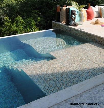 встроенный лежак в чаше бассейна