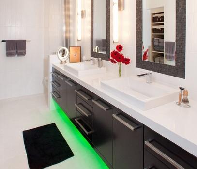 цветная подсветка под навесной мебелью для ванной
