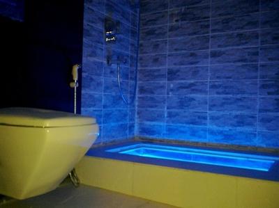 синяя подсветка ванны