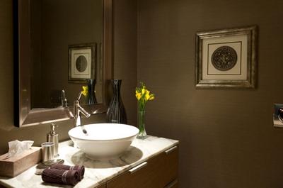 темный оливковый оттенок в интерьере ванной