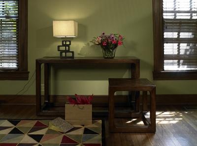 оливковый интерьер с темной мебелью