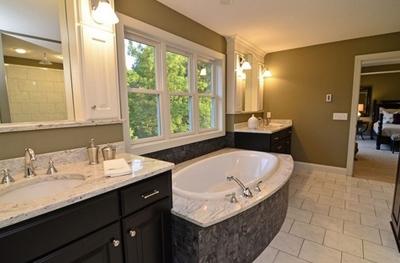 сочетание оливкового и белого в интерьере ванной