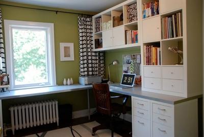 сочетание оливкового и белого в интерьере домашнего кабинета