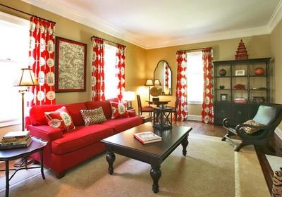 яркая мебель и декор в оливковом интерьере