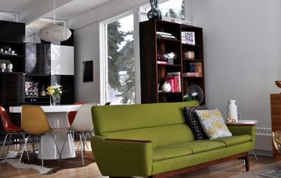 оливковый диван в гостиной
