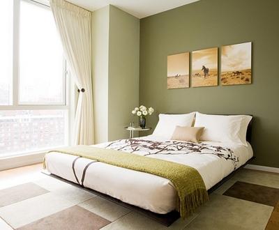 оливковый интерьер с декором светлых теплых оттенков