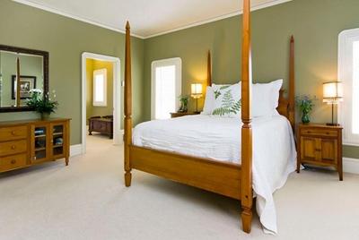 сочетание оливкового и белого в интерьере спальни