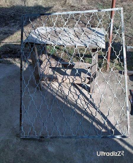 старые металлические решетки после демонтажа