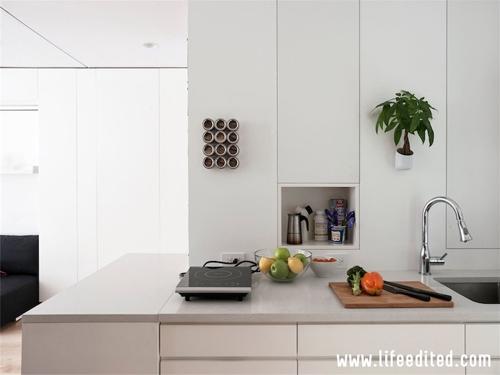 компактная кухня со встроенной мебелью