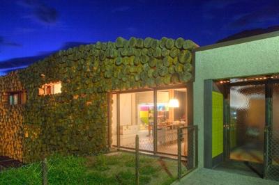 вид фасада дома в вечернее время