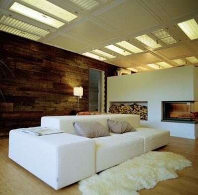 оригинальный интерьер гостиной с дверьми на потолке