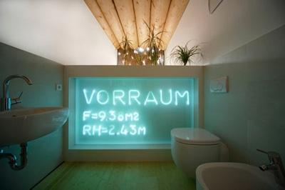 подсветка плексигласового щита в интерьере ванной комнаты