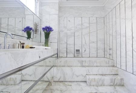 роскошный интерьер ванной с мраморной облицовкой