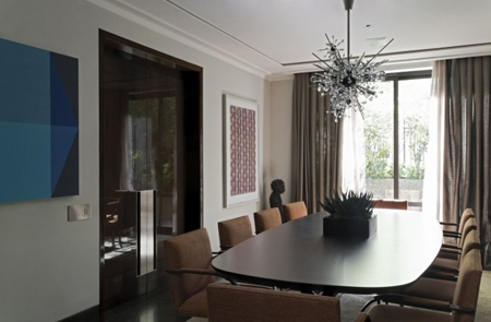 современный интерьер столовой с оригинальным декором