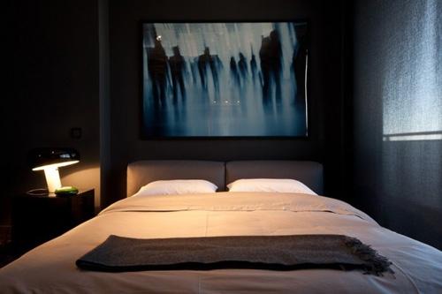 современная картина в изголовье кровати