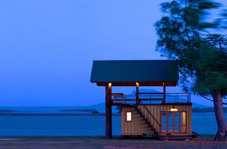 маленький дачный домик с террасой на крыше