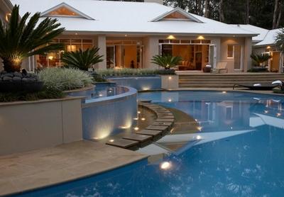 фонтаны, водопады и дорожки в дизайне бассейна