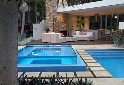 роскошный бассейн в частном дворе