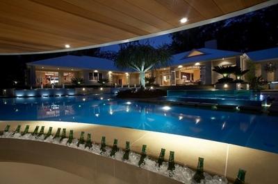 роскошный бар в бассейне