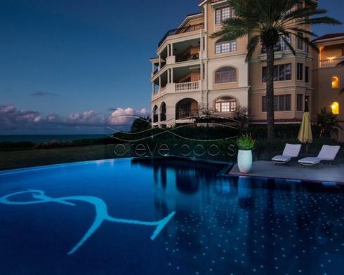 бассейн с флуоресцентной плиткой в отеле