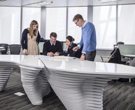 уникальный офисный стол для обсуждения проектов