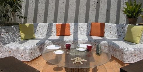садовая скамейка с мозаичной облицовкой