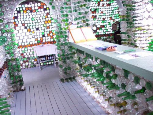 стены и мебель в доме из бутылок