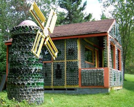 дом и садовая мельница из стеклянных бутылок