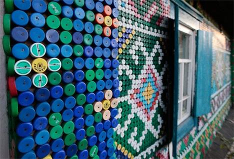 украшение фасада пластиковыми крышками
