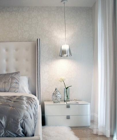 глянцевый декор в интерьере серой спальни