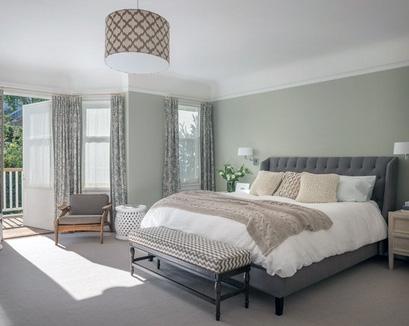 узорный декор в серой спальне