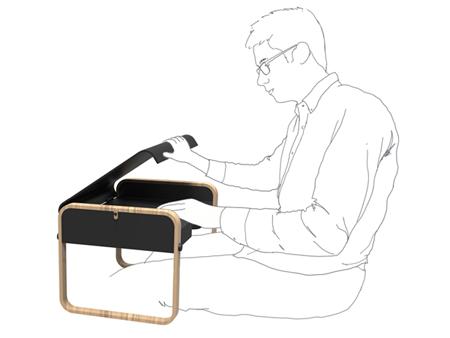 использование переносного столика для ноутбука в положении сидя