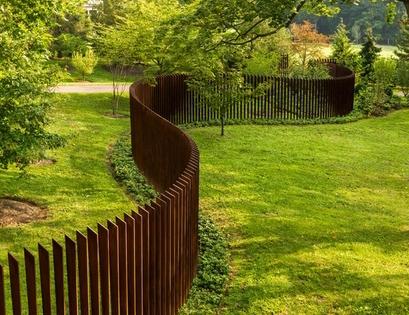 прозрачный металлический забор извилистой формы