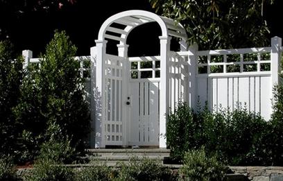 крашеный деревянный прозрачный забор