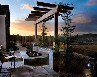 деревянная арка как панорамное обрамление пейзажа