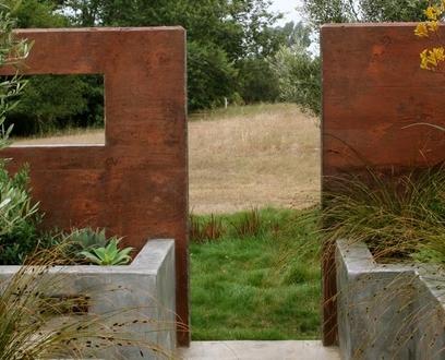 формирование ракурса и вида с помощью садовой стены