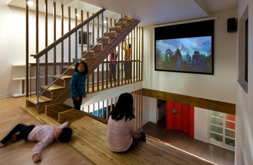 использование лестницы как домашнего кинотеатра