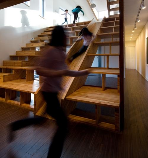 широкая лестница с желобом для спуска