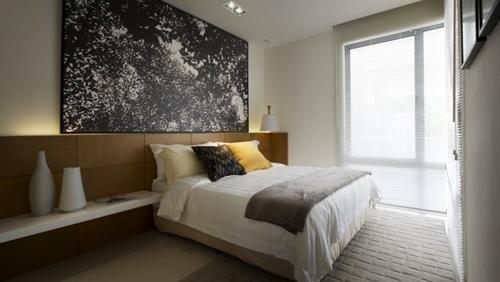 черно-белый древесный принт в современной спальне