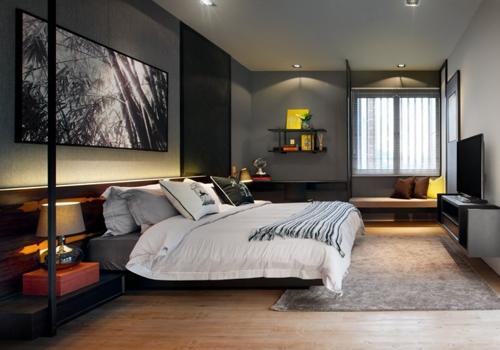 серая спальня со светлым деревянным полом