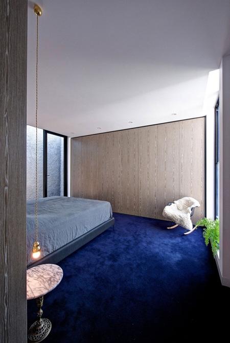 минималистичный дизайн спальни со встроенными шкафами