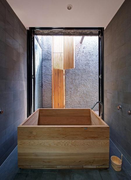 ванная с дверью во внутренний дворик