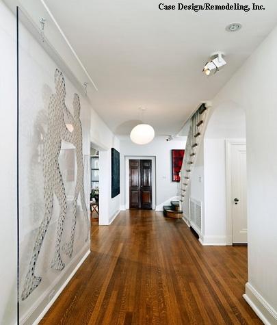 оригинальное стеклянное панно в белом коридоре