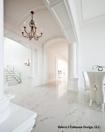 белый коридор с мраморным полом