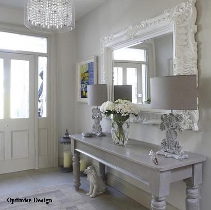 красивый коридор в бело-серой гамме