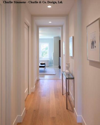светлый пол в белом коридоре