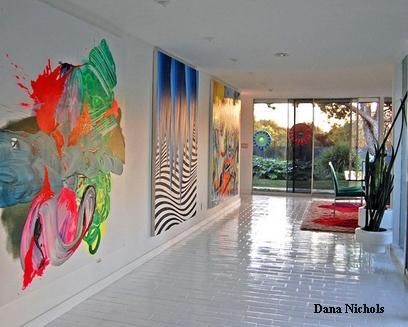 современные картины в белом коридоре