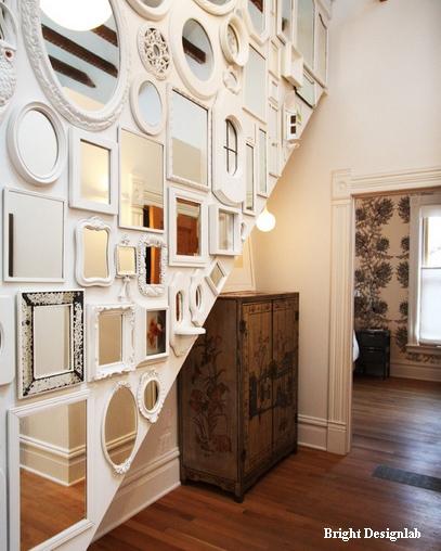 коллекция зеркал в белом коридоре