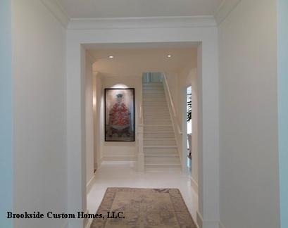 картина в торце белого коридора